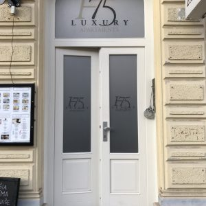 H75 luxury apartment polep na dvere
